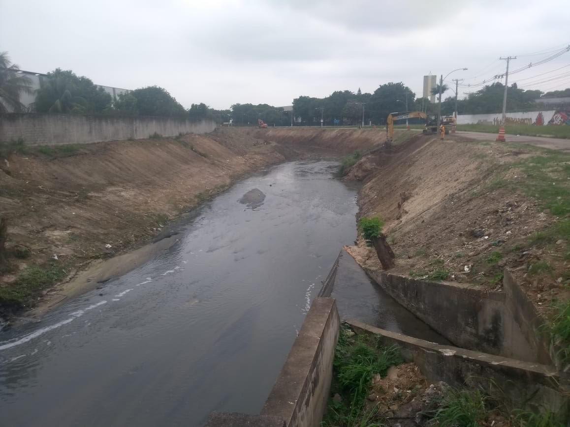 Rio Cação Vermelho recebe serviços de limpeza e desobstrução na  Zona Oeste