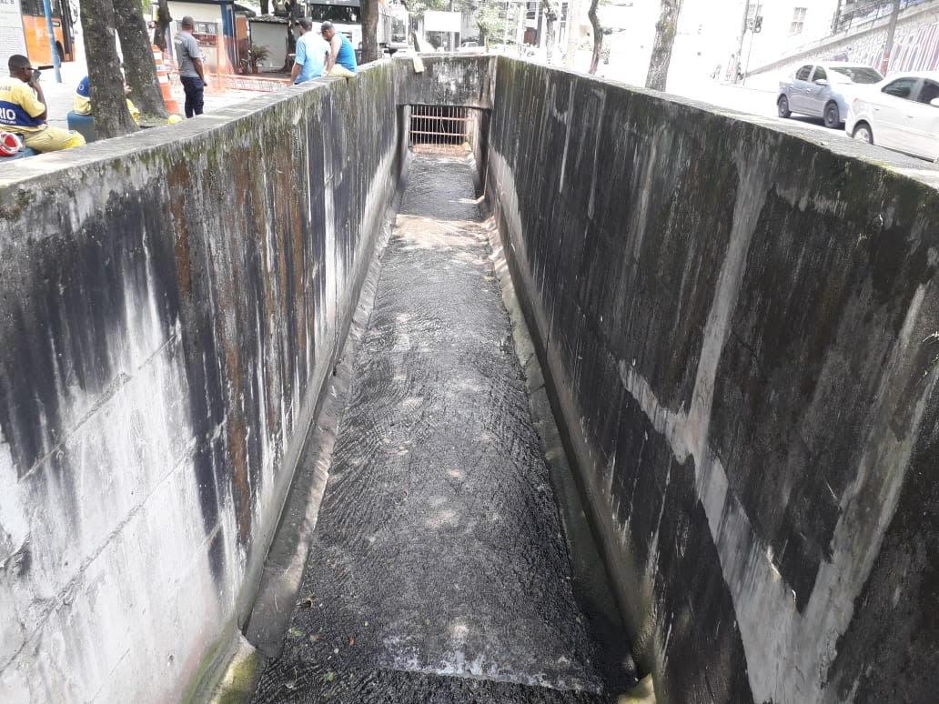 Rio-Águas conclui serviços de limpeza no Rio Carioca, no Flamengo