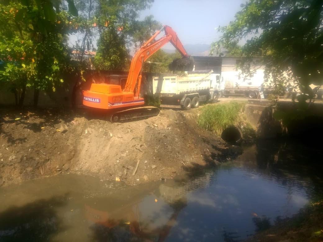 Equipes de manutenção da Rio-Águas atuaram no Rio Marinho, em Realengo