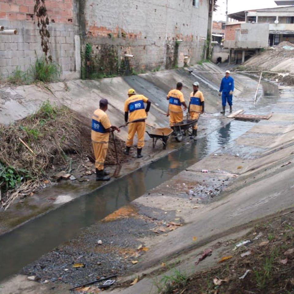 Afluente do Córrego das Rãs recebe limpeza em Inhoaíba