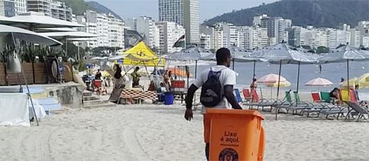 Praia de Copacabana ganha 300 novos contêineres para descarte de resíduos