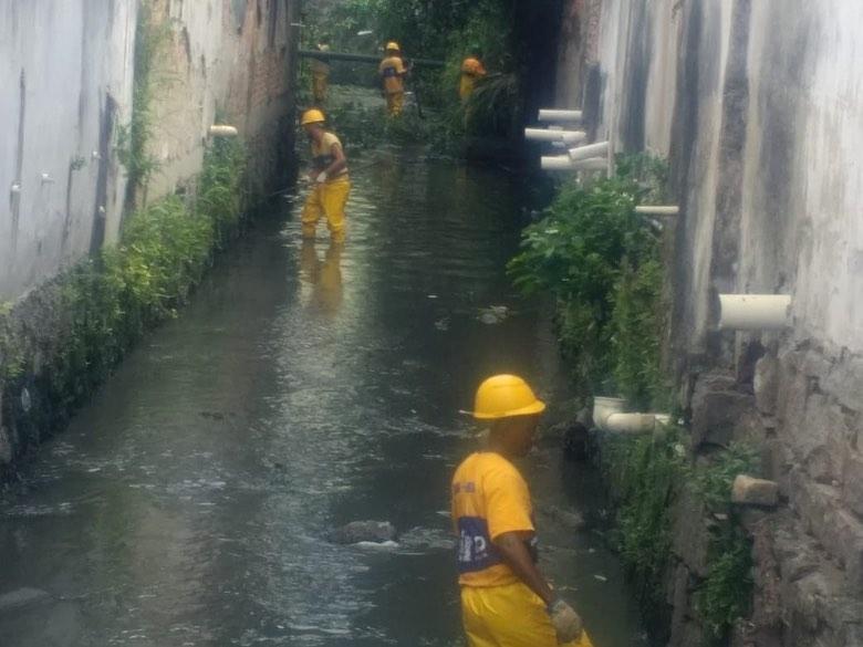 Rio-Águas conclui serviço de limpeza no Rio Salgado, no Cachambi