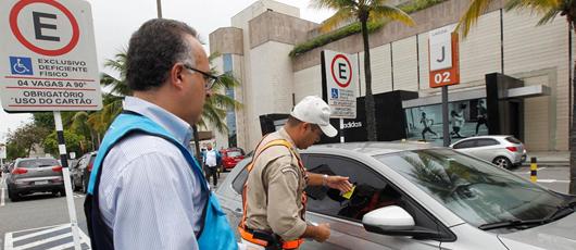 SMDT realiza fiscalização em estacionamento de shoppings