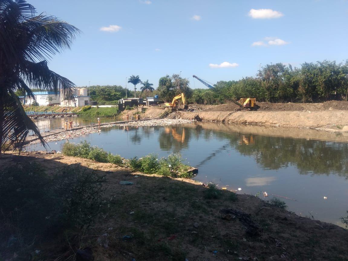 Rio-Águas trabalha no Rio Arroio Fundo, na Cidade de Deus
