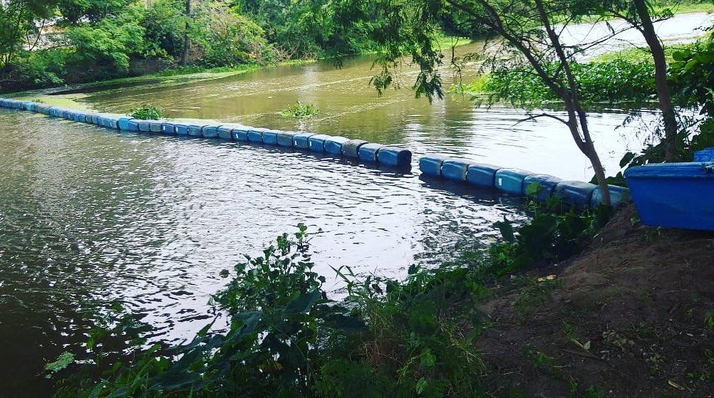 Nova barreira flutuante é instalada no Canal de Sernambetiba, no Recreio