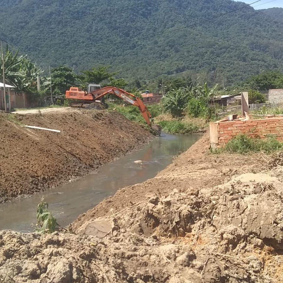 Rio-Águas atua na manutenção do Rio Guandu Senna, em Campo Grande