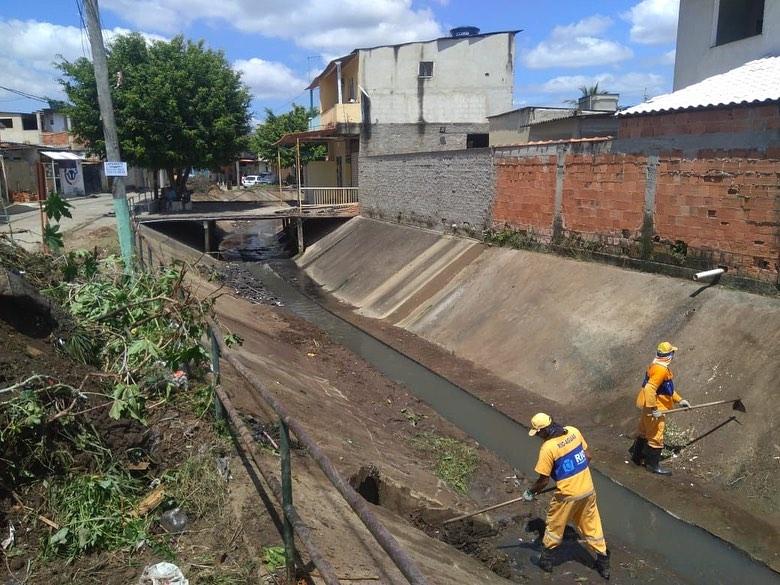 Córrego das Rãs recebe limpeza das equipes da Rio-Águas