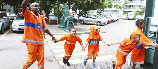 Crianças amiguinhas da limpeza urbana são recebidas com festa na Comlurb