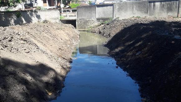 Equipes da Rio-Águas acabam de concluir serviços de limpeza em canal de Santa Cruz