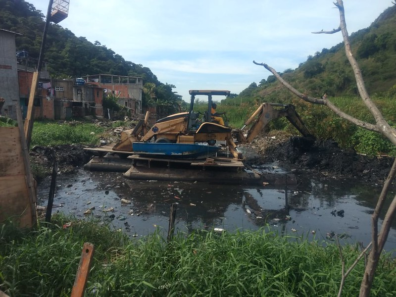 Canal do Portelo recebe manutenção, no Camorim