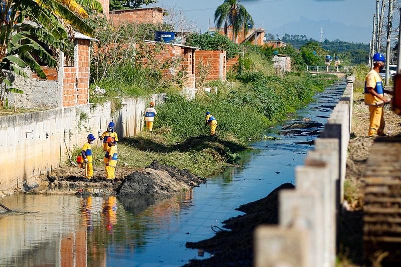 Prefeitura limpa Rio Capoeira, em Guaratiba