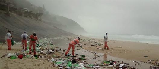 Comlurb remove lixo de maré na Praia de São Conrado