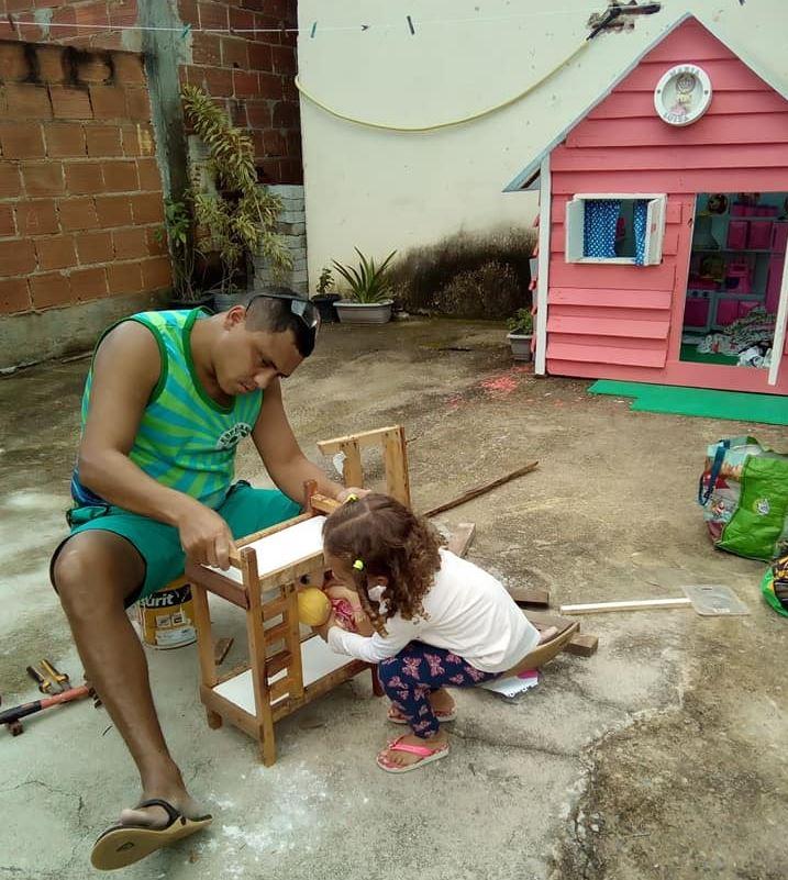 Guarda municipal da UOP Tijuca constrói casa de pallet para a filha durante a quarentena