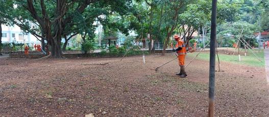 Comlurb promoveu operação especial de limpeza em praça de Vila Isabel e ruas do entorno neste sábado