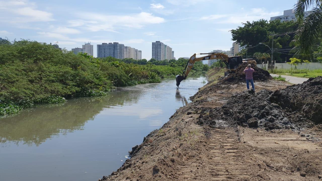 Fundação Rio-Águas trabalha na limpeza do Rio Pavuninha, em Jacarepaguá.