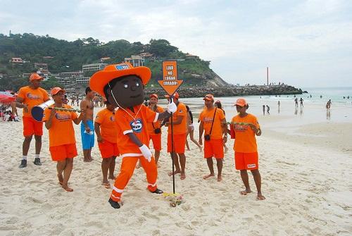 A equipe Onda Limpa chegando e detectando lixo na areia