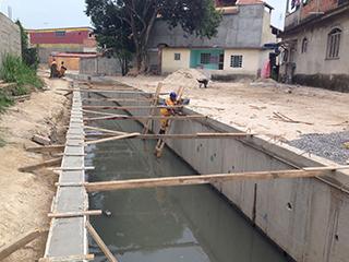 Rio-Águas executa obra contra enchentes no Rio Papagaio, na Zona Oeste
