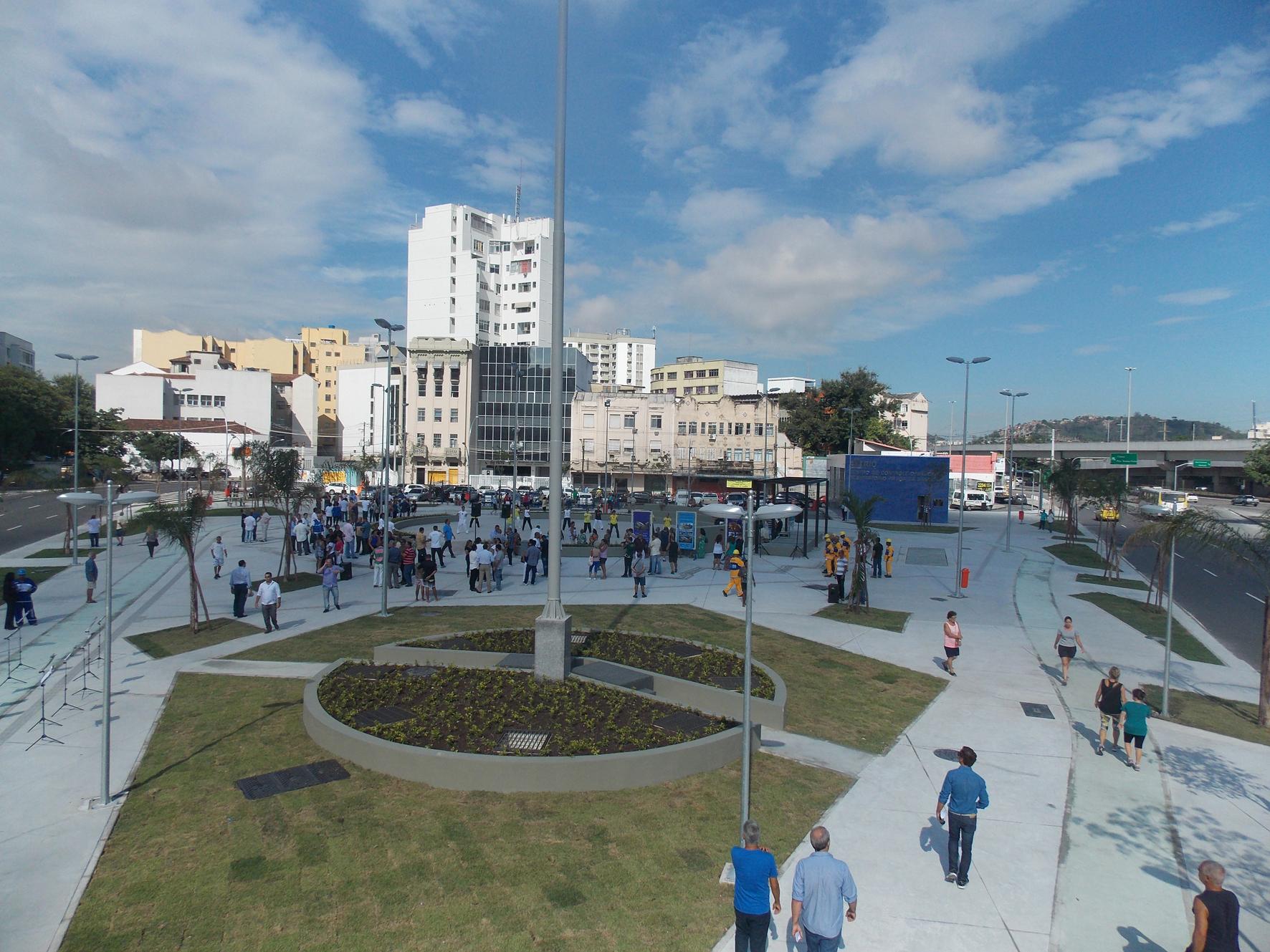 Prefeito inaugura Praça da Bandeira totalmente revitalizada