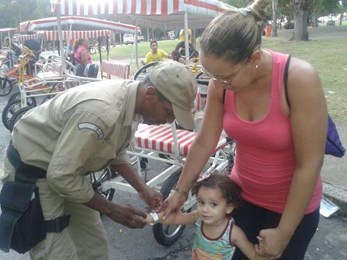 GM-Rio distribui pulseiras para crianças em evento dos 450 anos do Rio na Quinta da Boa Vista