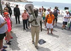 Prefeitura inaugura estátua em homenagem a Tom Jobim em Ipanema