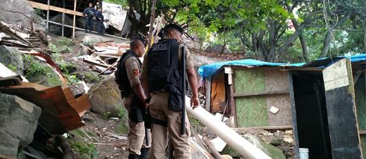 Ordem Pública demole 10 barracos irregulares em área de risco no Morro Santa Marta