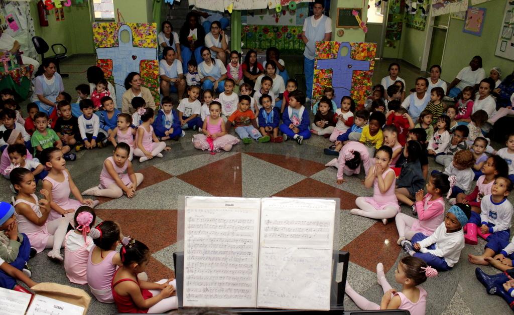 Crianças da creche institucional apresentam músicas e ballet