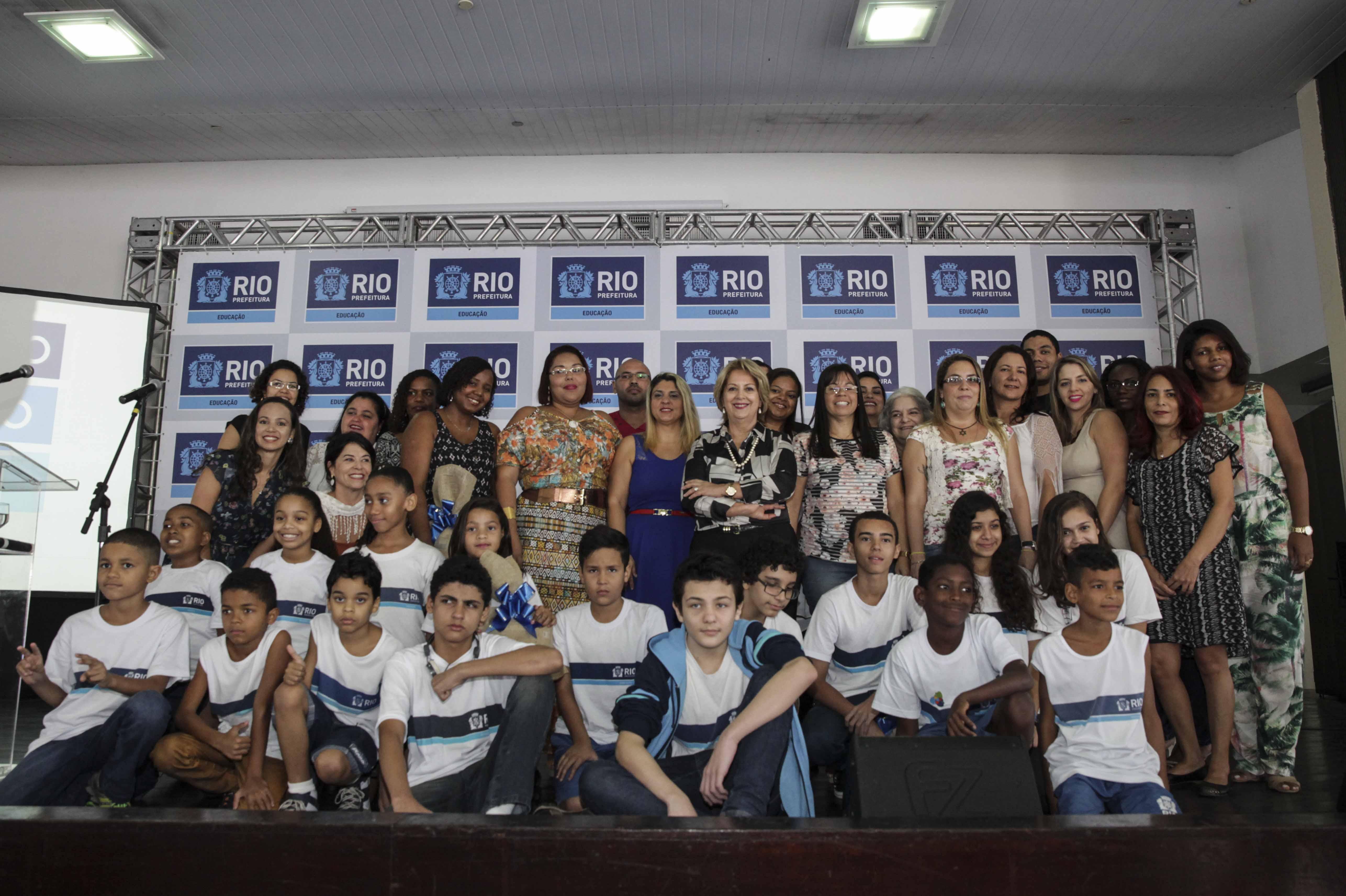 Secretária de Educação, Helena Bomeny, entrega prêmio aos melhores alunos da Prova Rio 2014
