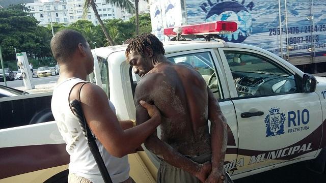Guardas prendem homem por roubo em Copacabana