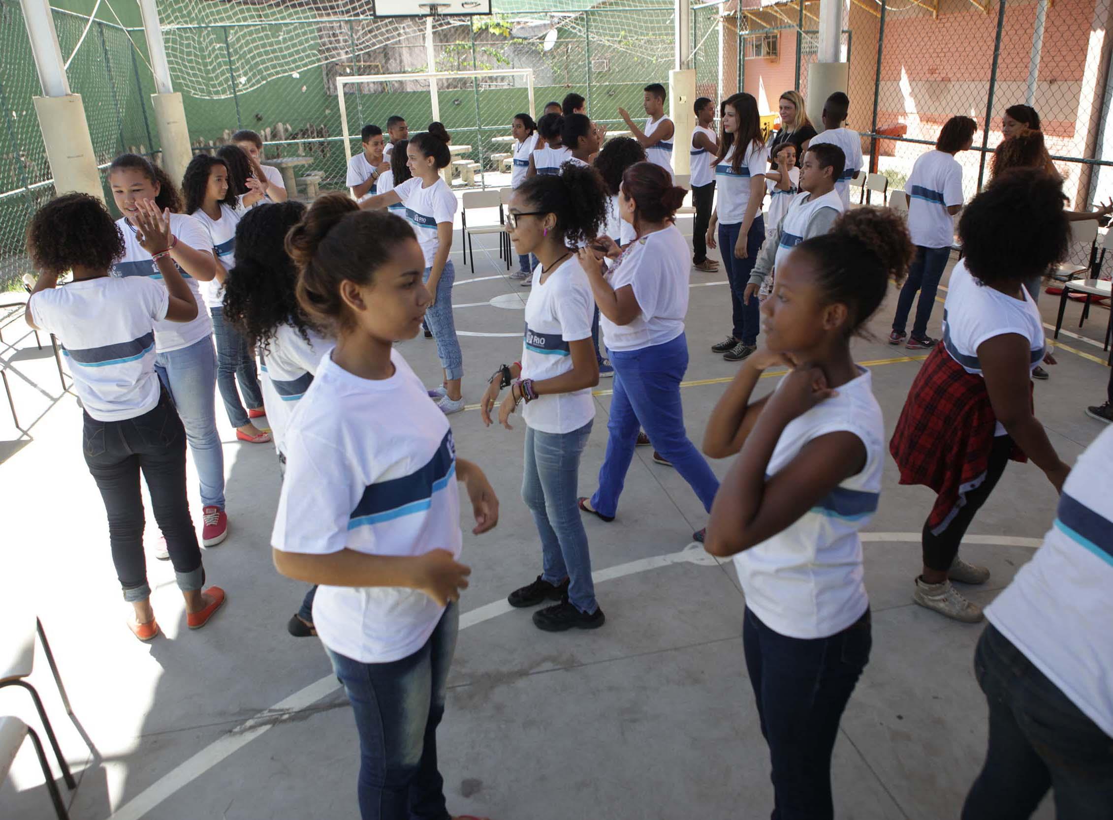 Oficina de teatro abre novos horizontes para alunos da Escola Municipal Jacques Raimundo