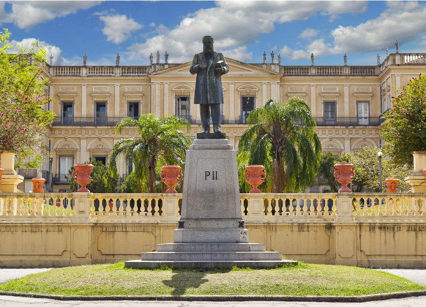 Monumento em homenagem a Dom Pedro II recebe serviços de limpeza
