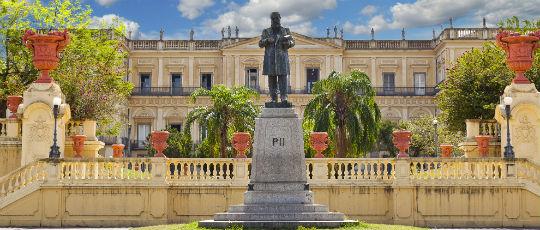 Monumento a Dom Pedro II recebe limpeza