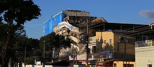 Prefeitura implode prédio desativado ao lado do Hospital Albert Schweitzer