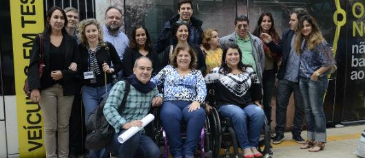 Grupo de pessoas com deficiência testa acessibilidade do VLT