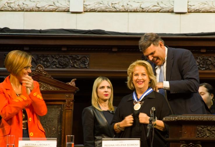 Secretária de Educação, Helena Bomeny, recebe a medalha Tiradentes