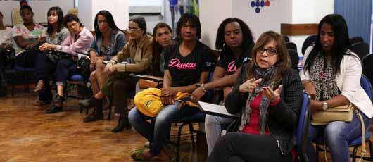 Alunas do Projeto Damas participam de laboratório sobre transexuais para novela