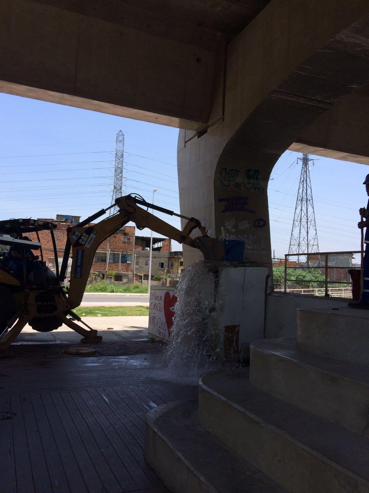 Operação retira construções irregulares no Parque Linear, em Manguinhos
