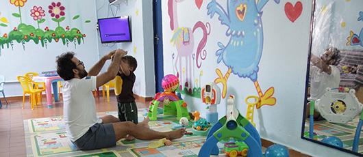 Oficina sensorial ajuda no desenvolvimento de bebês acolhidos nos abrigos municipais