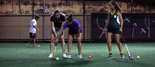 Atletas da seleção brasileira dão aula de hóquei na Vila Olímpica do Encantado