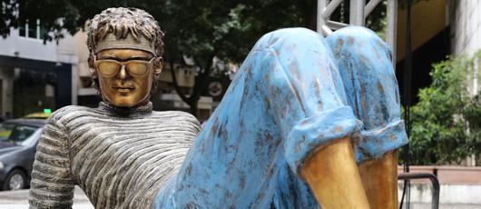 Prefeitura inaugura estátua em homenagem ao cantor Cazuza no Leblon