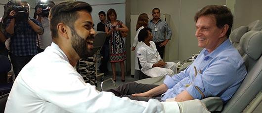 Prefeito doa sangue no Hemorio e incentiva os cariocas a aderirem o ato