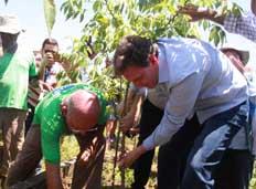 Prefeito visita programa Hortas Cariocas em Manguinhos