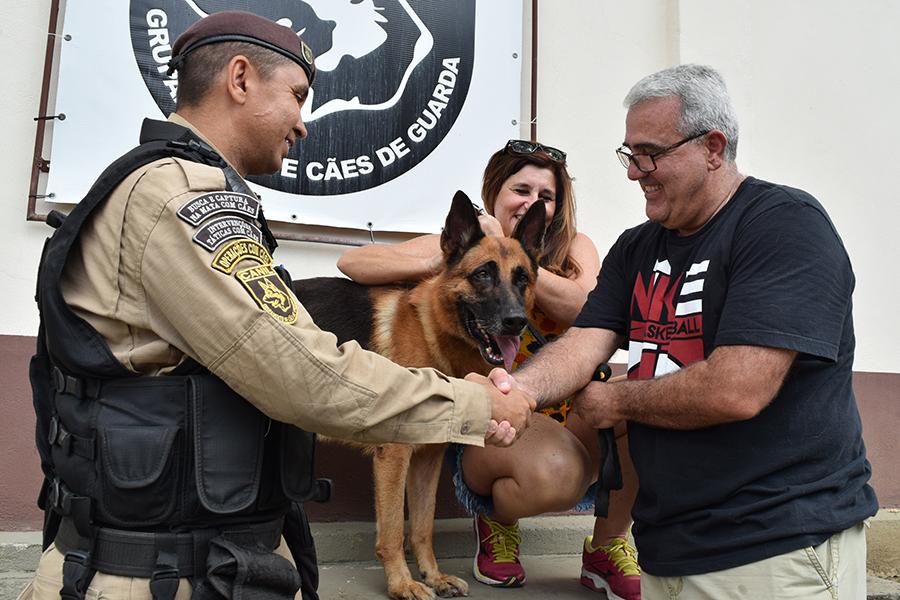 Cão da Guarda Municipal se aposenta e retorna para antigos donos