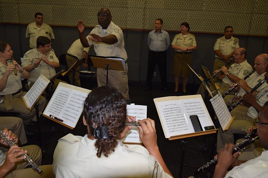 Banda recebe visita do coronel Amendola com muita música e homenagens