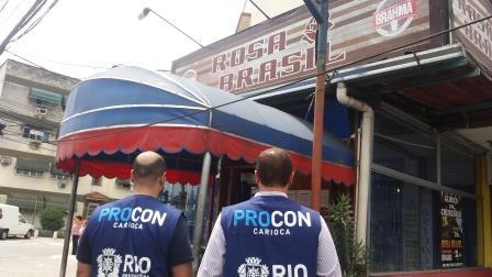 Procon Carioca descarta mais de 300 quilos de alimentos impróprios só em um restaurante