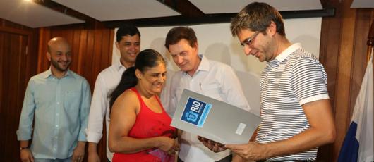 Prefeitura entrega títulos de legitimação de posse a moradores da Rocinha