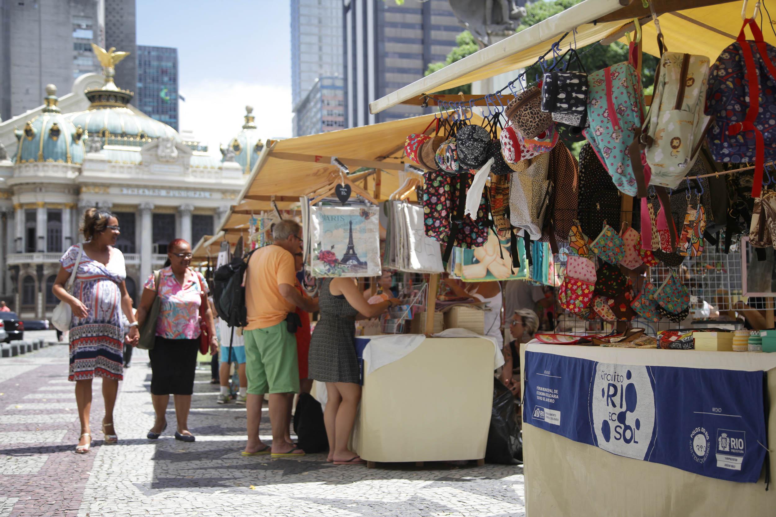 Artesãos do Rio Ecosol fazem sucesso em meio a crise
