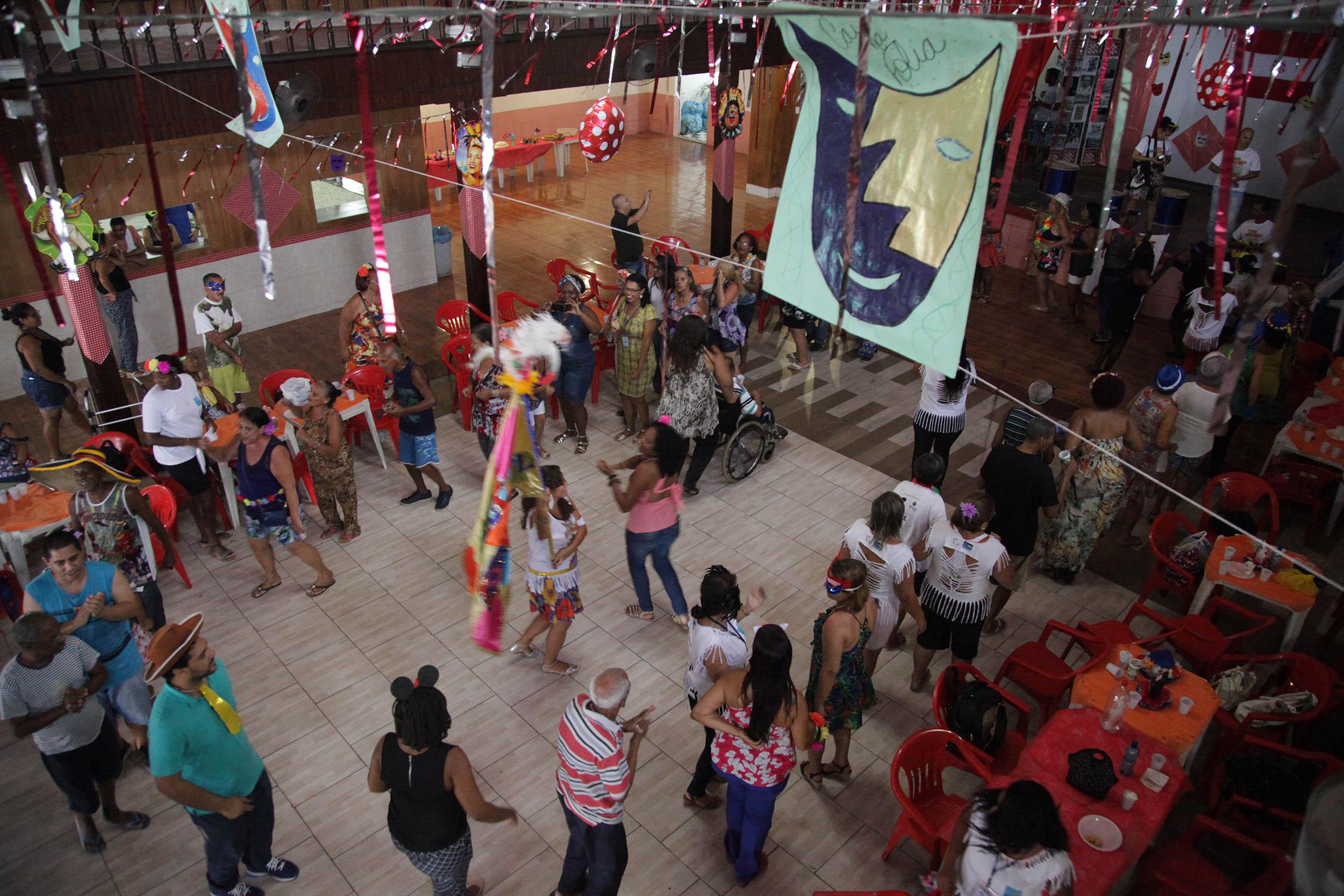 Idosos dos abrigos da Zona Oeste participam de baile de carnaval em Bangu