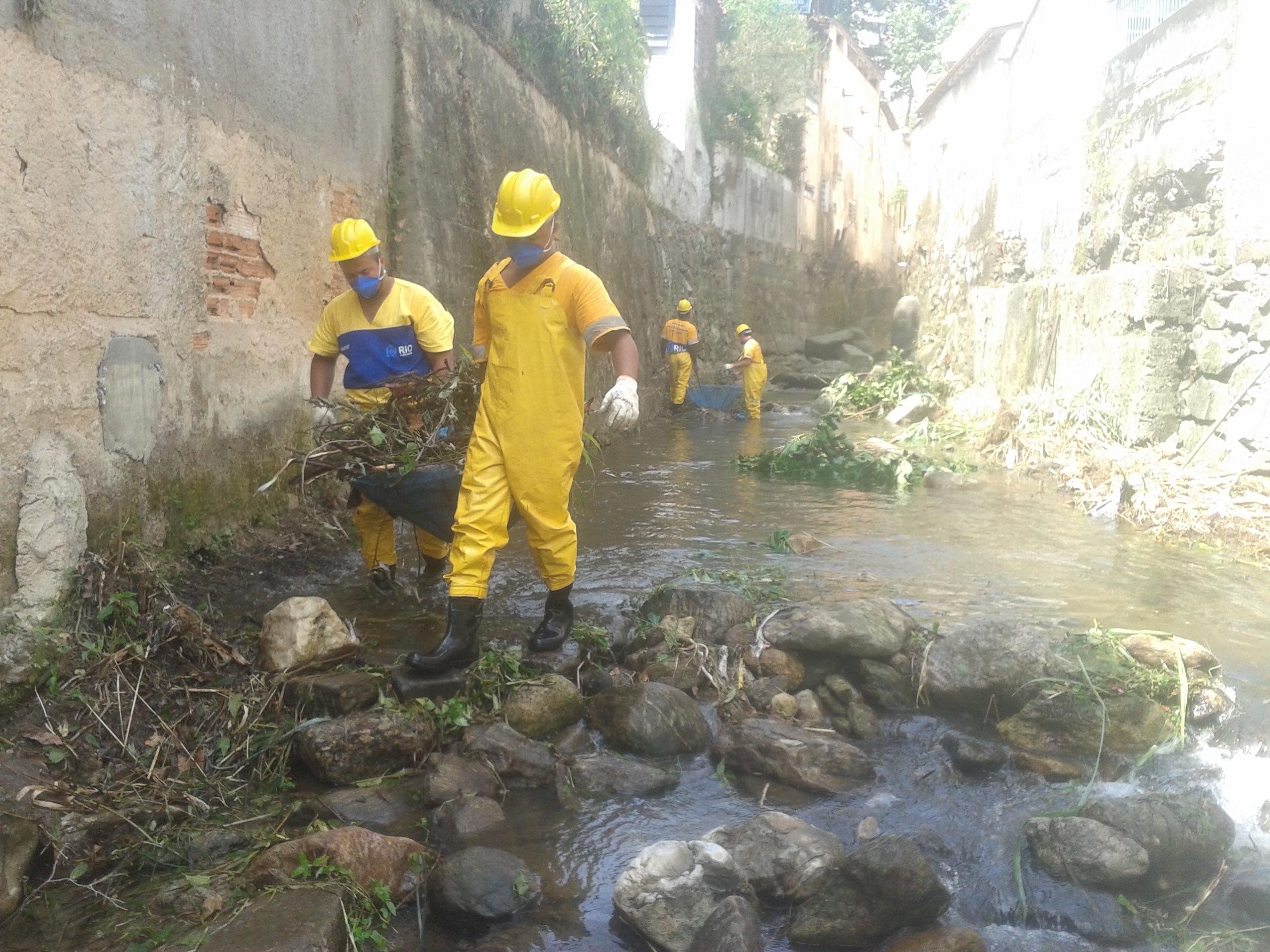 Rio-Águas trabalha na limpeza do Rio Maracanã