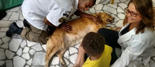 Guarda Municipal retoma projeto de Cinoterapia com crianças da Apae