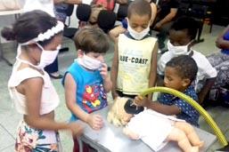 Bonecos terapêuticos do Hospital Loreto ajudam crianças a entenderem a cirurgia